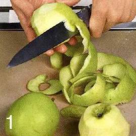 С яблок снять кожицу, порезать на 4 части и вырезать сердцевину. Мякоть порезать тонкими ломтиками. С апельсина срезать цедру.