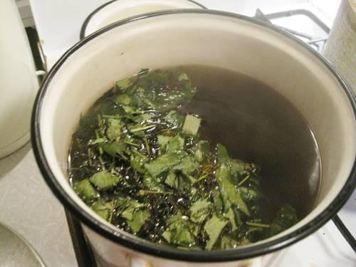 8. Подготовьте чистую воду для маринада. Поставьте ее на огонь, добавьте соль и сахар. После закипания выложите в кастрюлю пряности, проварите около 7-10 минут.
