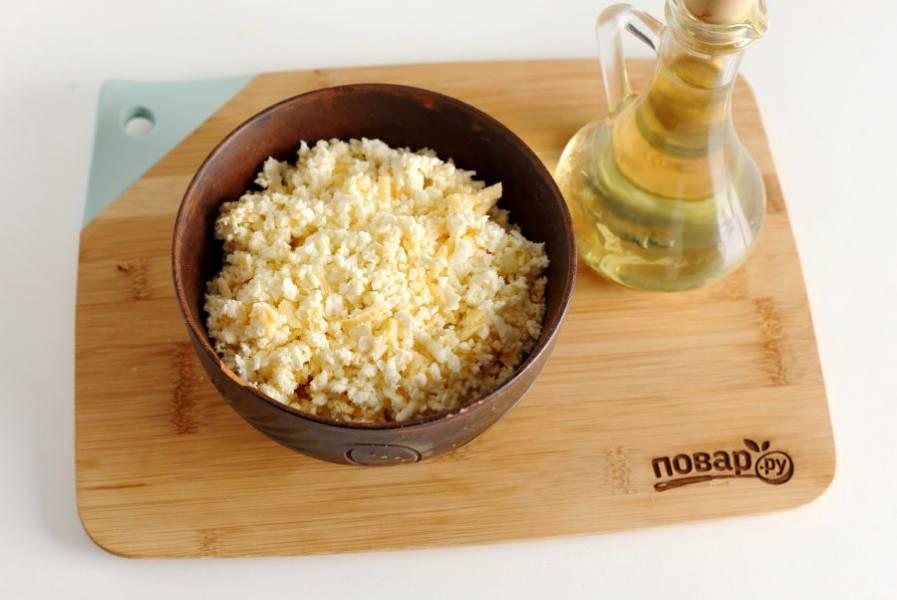 Сыр натрите на терке, добавьте желток, 2 ч.л. мягкого сливочного масла и все перемешайте. Если сыр не сильно соленый, то можно добавить немного соли.