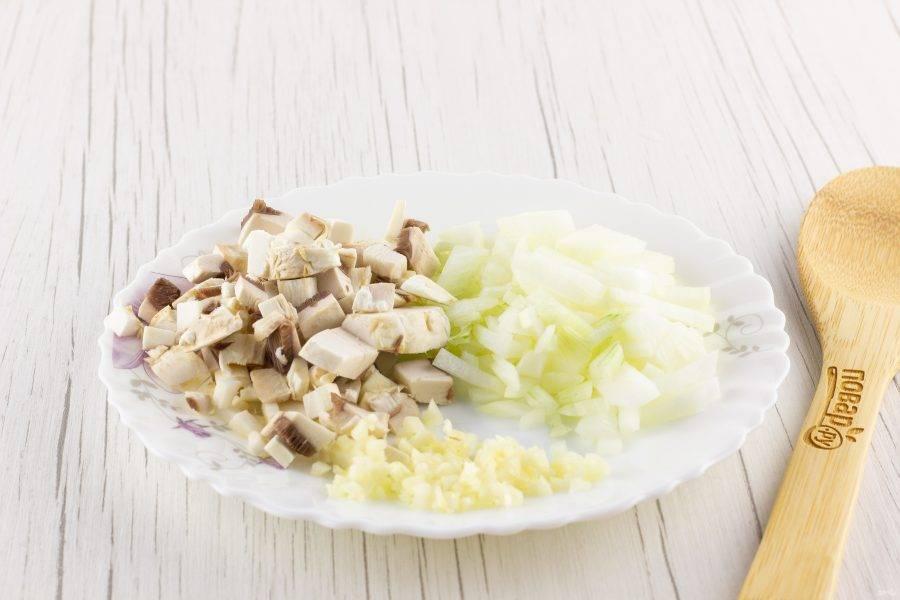 Лук, чеснок очистите. Помойте очищенные овощи и грибы. Мелко порубите.