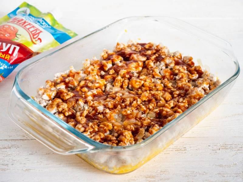 Смажьте фарш с помощью кулинарной кисти кетчупом.