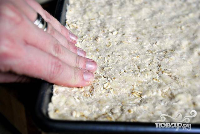 3. Оставшееся тесто выложить в форму для выпекания и разровнять поверхность. Выпекать в духовке в течение 12-13 минут, пока тесто не станет твердым на ощупь. Тесто не должно быть коричневым.