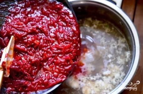 Готовую заправку отправляем в кастрюлю к картошке и мясу. Добавляем соль, перец и лавровый лист.