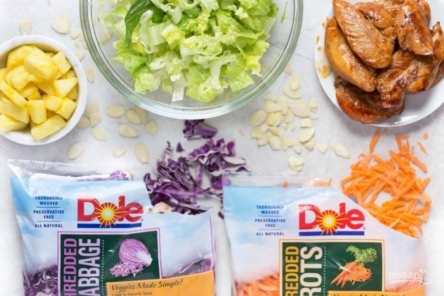 2.В миску выкладываю все измельченные овощи, салат и зелень. Курицу нарезаю небольшими кусочками и отправляю в салатницу, добавляю миндаль, ананас.