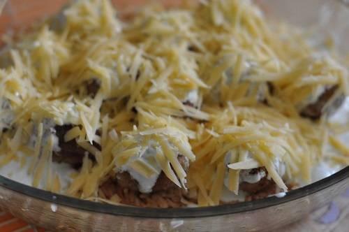 7. Сыр натереть на средней или крупной терке и посыпать им блюдо. Теперь биточки можно отправить в духовку минут на 10-15, пока не образуется золотистая корочка.