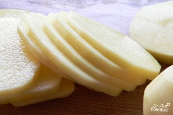 Картофель вымыть, почистить, нарезать тонкими ломтиками.