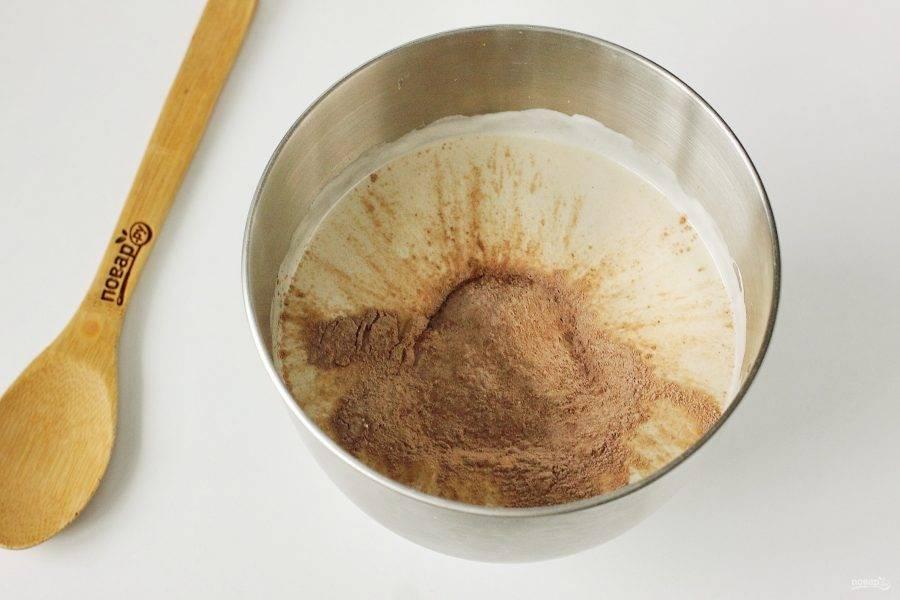 Добавьте просеянную подготовленную сухую смесь.