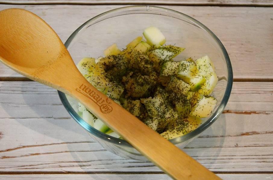 2. Положите кабачки в миску, добавьте нарезанный чеснок, укроп.