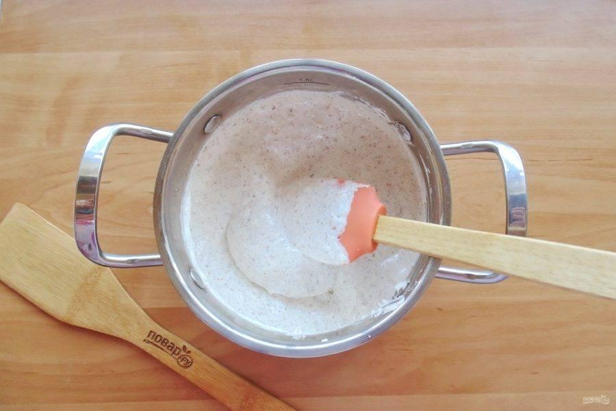 Постоянно перемешивая, хорошо нагрейте массу. На этой уйдет 7-8 минут. Затем немного охладите, добавьте муку и перемешайте.