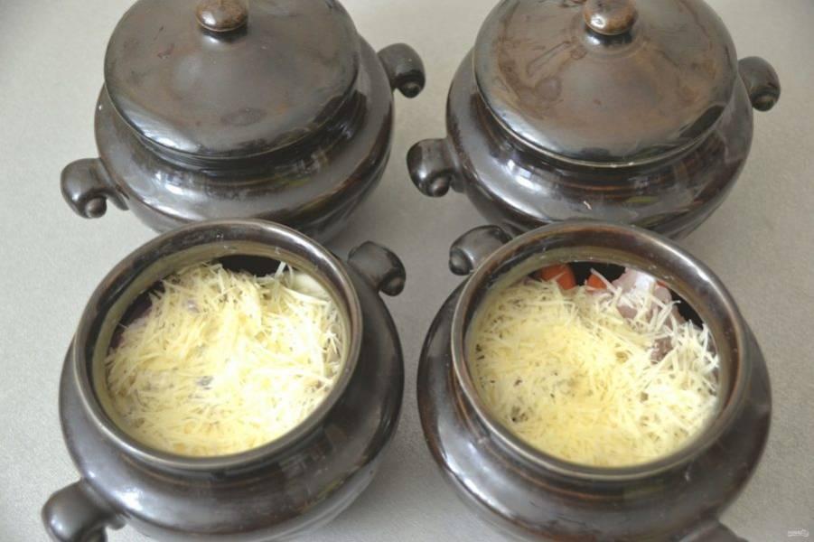 Сверху выложите тертый сыр, накройте крышками. Запекайте в духовке при температуре 150-180 градусов в течение 1 часа.