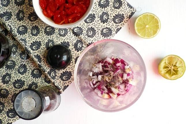 3. Очистите и немного измельчите лук и чеснок. Выложите их в чашу блендера. Добавьте сок лимона (лайма) и перец.