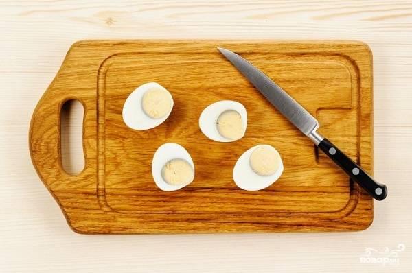 5. Готовые яйца остудите, очистите и нарежьте пополам или четвертинками. Их нужно будет положить в тарелку при подаче.