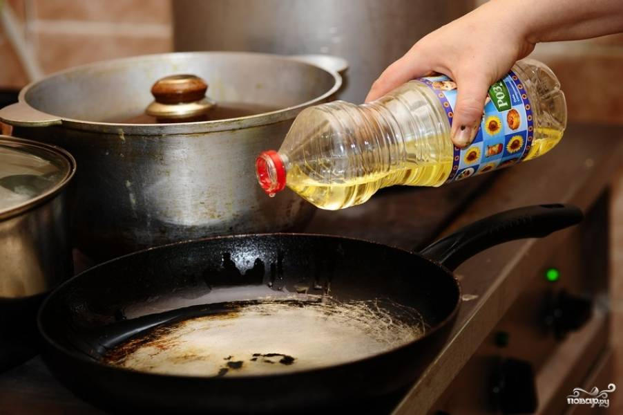 Разогреть сковороду с растительным маслом.