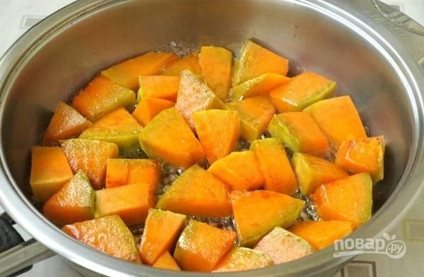 1. На сковороде разогрейте растительное масло. Выложите очищенную и нарезанную кубиками тыкву. На сильном огне обжарьте до образования румяной корочки.