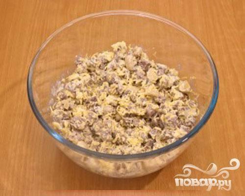 4.В миске смешиваем грибы, мясо и сыр. Добавляем немного майонеза и все хорошо перемешиваем.