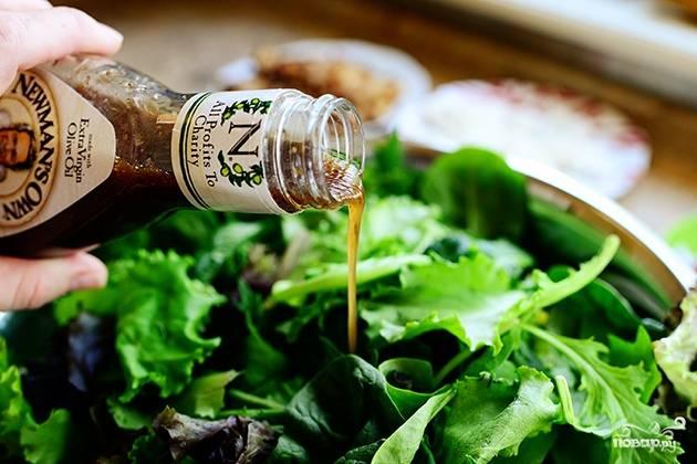 Выложите в салатницу листья салата (можете добавить ещё какой-нибудь зелени). И налейте бальзамического уксуса.