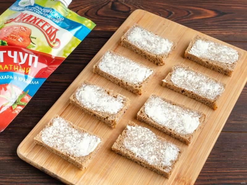 С диабетического хлеба срежьте корочки и нарежьте небольшими кусочками. Каждый кусочек смажьте небольшим количеством масла.