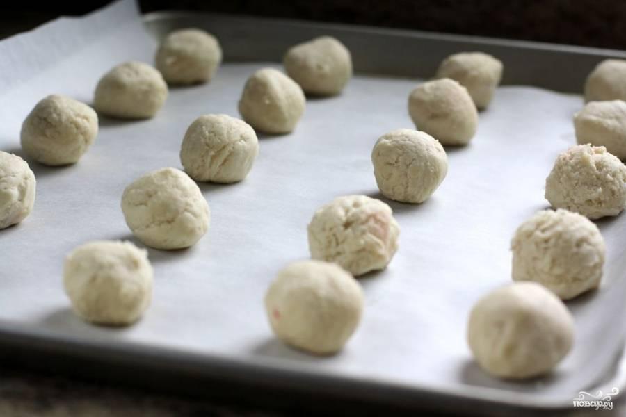 Готовые печенки складываем на противень, застеленный бумагой для выпекания. Печенье выпекаем в разогретой до 175 градусов духовке около 13 минут. Печенья с вишней должны зарумяниться.