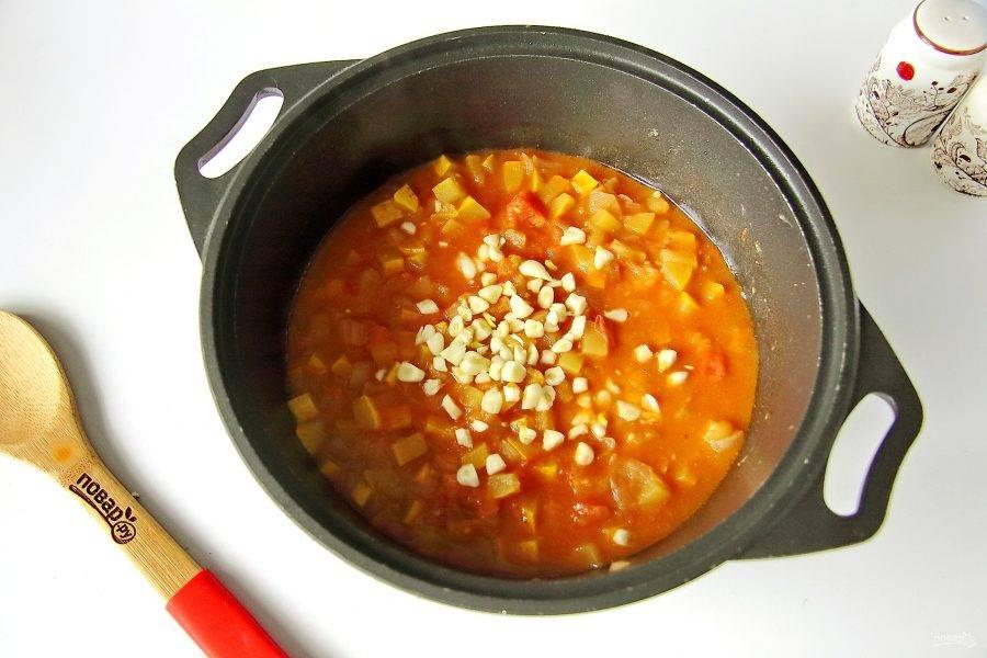 За 15 минут до конца варки добавьте чеснок.