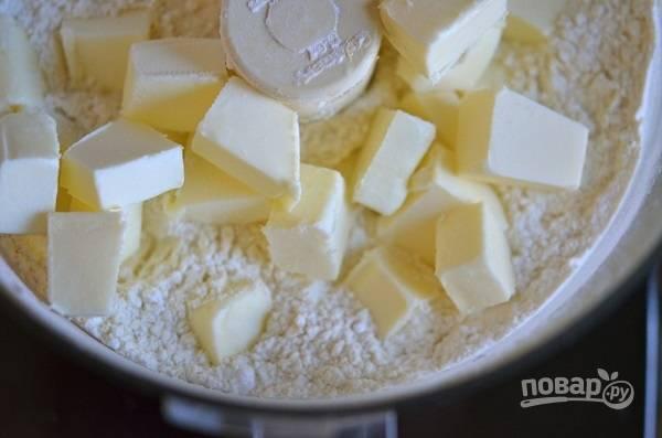 1. Для начала нужно сделать тесто. Для этого соедините просеянную муку с нарезанным кубиками сливочным маслом и измельчите в однородную крошку.