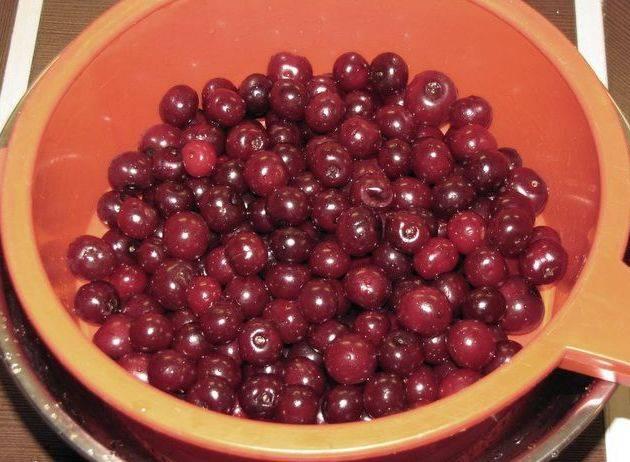 Для начала мы хорошенько промываем ягоды под проточной водой и откидываем их на дуршлаг, чтобы вишня немного подсохла.