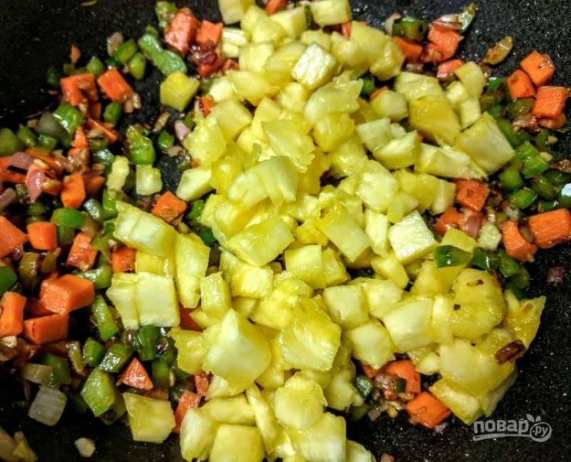 3. Добавьте свежие кусочки ананаса и готовьте их минуту.