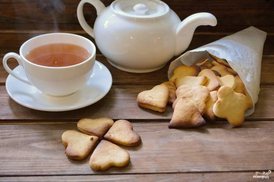 Сразу снимите печенье с пергамента. Переложите на блюдо и дайте остыть. Подайте лакомсьво к чаю.