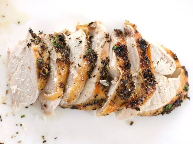 7.Острым ножом разрежьте мясо на кусочки.