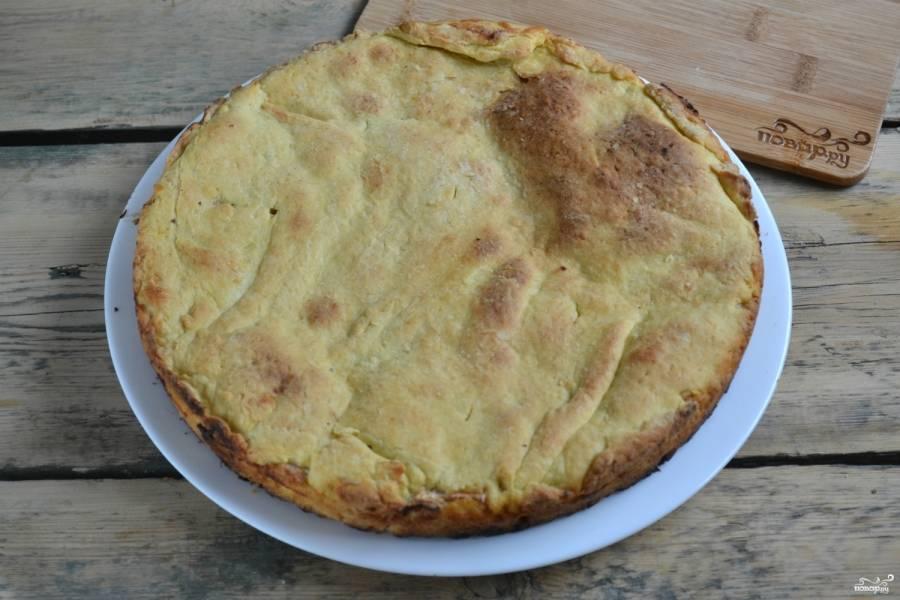Запекайте пирог при температуре 180 градусов 35-40 минут. Готовый пирог присыпьте сахарной пудрой или смажьте белковой помадкой.