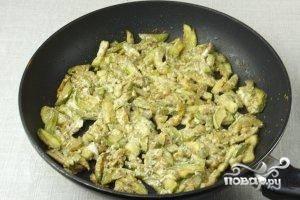 По истечении 10-15 минут блюдо снимаем с огня, оно готово. Подавать кабачки в сметане можно и как отдельное блюдо, и как гарнир.