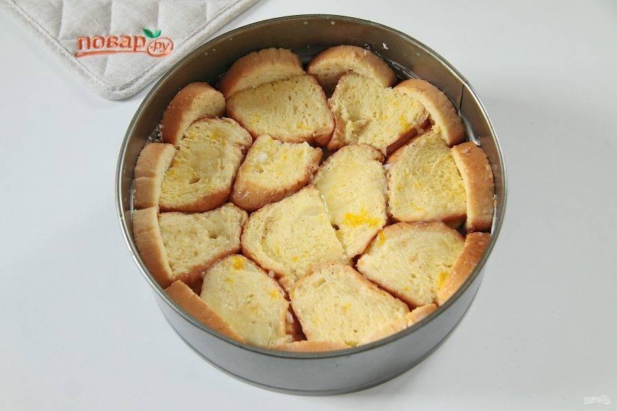 6. Посыпьте яблоки сахаром и корицей, закройте их еще одним слоем вымоченного в яично-молочной смеси хлеба. Если яичная смесь осталась, вылейте ее сверху.