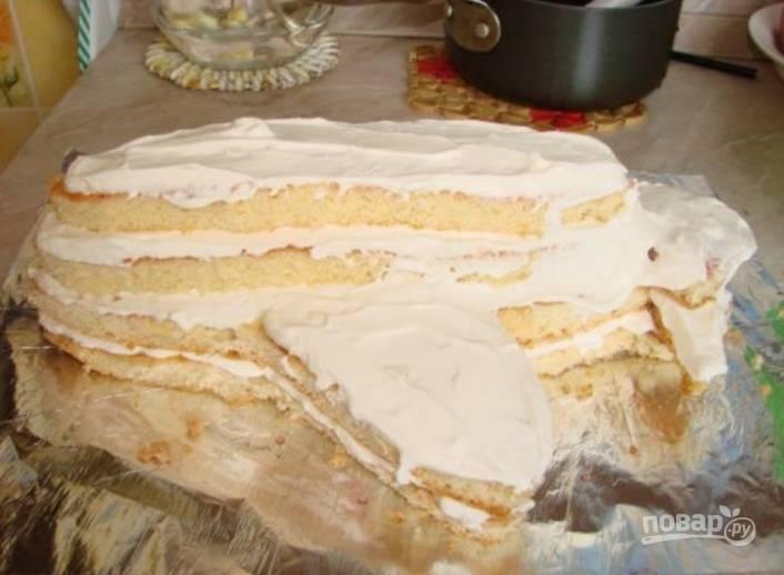 4.Для крема в миску вливаю охлажденные сливки (не менее 35% жирности), к ним всыпаю сахарную пудру и миксером взбиваю до образования крепких верхов. В отдельной миске смешиваю желатин с небольшим количеством воды, размешиваю и вливаю к сливкам, туда же всыпаю творог и тщательно перемешиваю. Собираю детали самолета, промазываю их между собой полученным кремом.