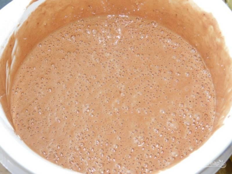 Венчиком аккуратно вмешайте соду, муку и какао.