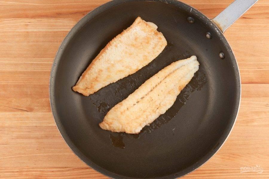 3. В это же время обжарьте на сковороде с каждой стороны по 3 минуты рыбу, добавив масло.