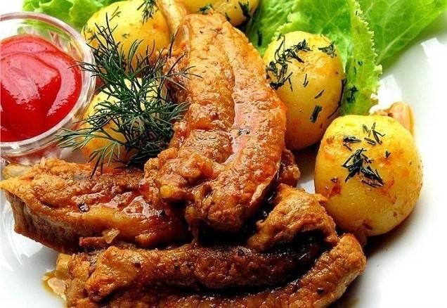 4. Когда мясо начнет легко отходить от кости, - ребрышки готовы! Рекомендую подавать с картофелем!