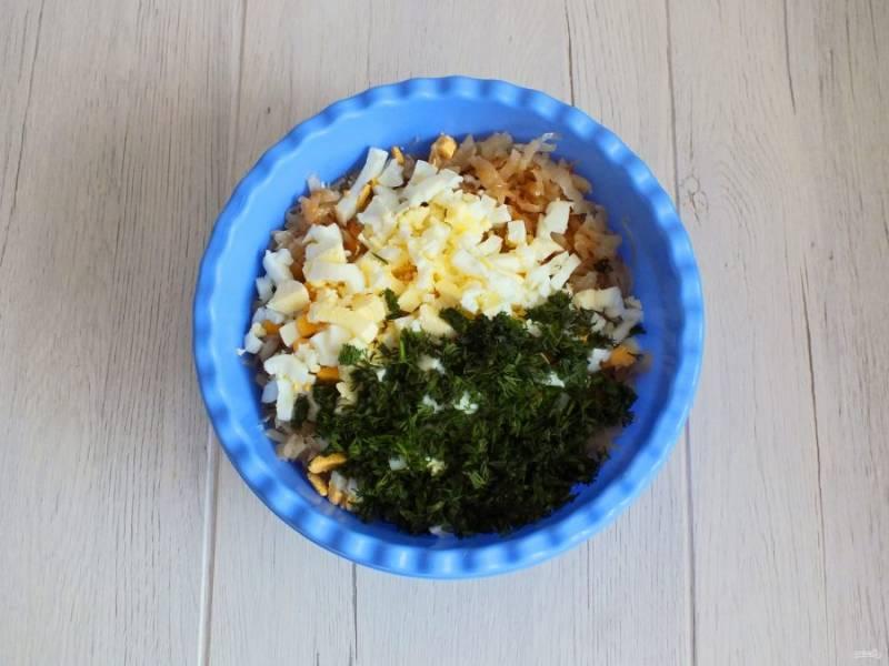 Подготовьте начинку. Обжаренную капусту смешайте с отварными рубленными яйцами и измельченным укропом. Если начинка получилась суховатой, растопите 50 грамм сливочного масла и добавьте к начинке. Перемешайте.