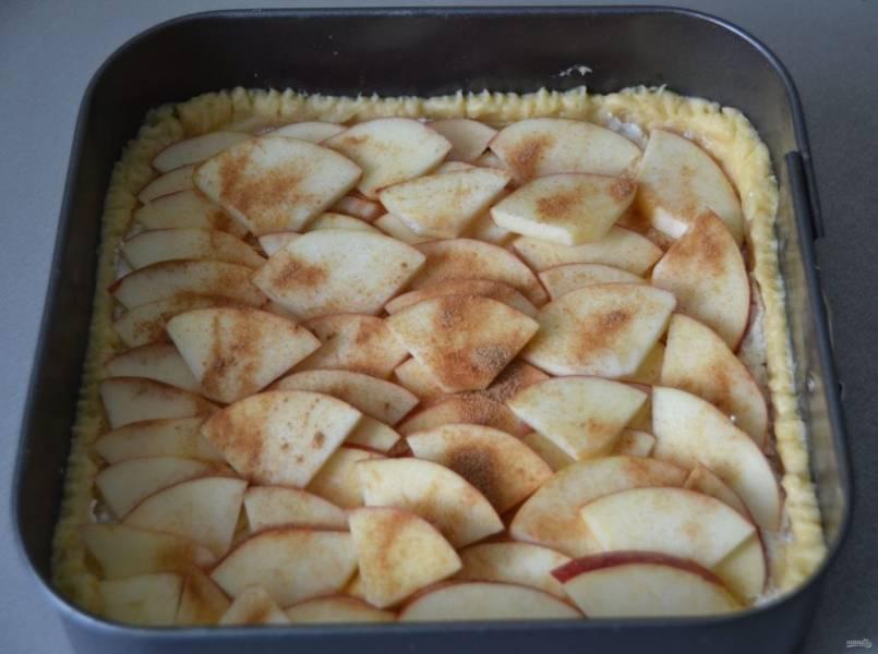 Вложите яблоки поверх творожной начинки. Если яблоки кислые, то можно посыпать сахаром, добавьте корицу по вкусу. Поставьте в духовку и выпекайте при температуре 180 градусов 20-25 минут.