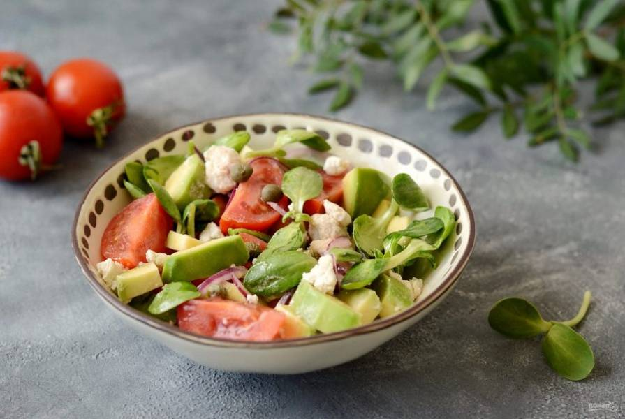 Салат с каперсами и авокадо готов, приятного аппетита!