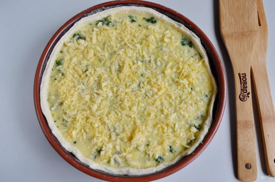 Сверху распределите тертый твердый сыр.