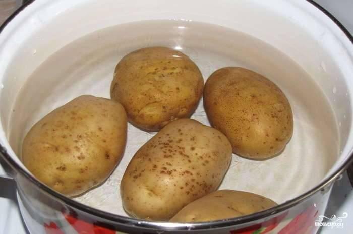 Картофель хорошо помойте и сварите в мундире.  Потом охладите.