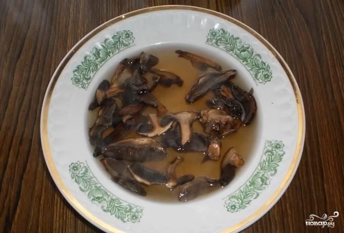 Для начала подготовьте грибы сушеные. Их надо промыть, а потом залить кипятком минимум на 3 часа. Кстати, можете с вечера это сделать и оставить их на ночь.
