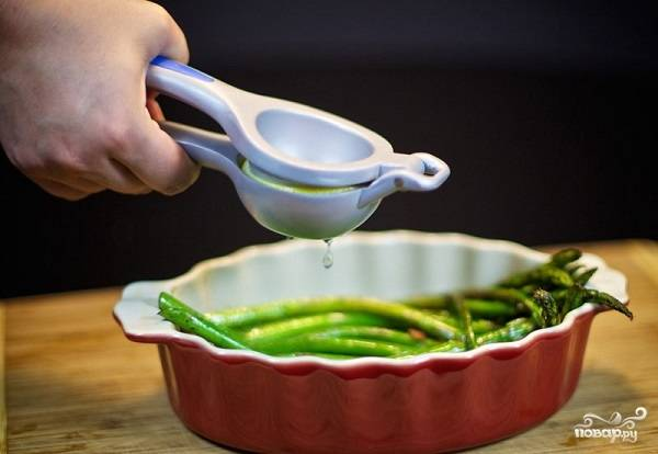 6. Вот и все, спаржа на сковороде в домашних условиях готова. Осталось только сбрызнуть ее соком лимона — и можно кушать.  Приятного аппетита!