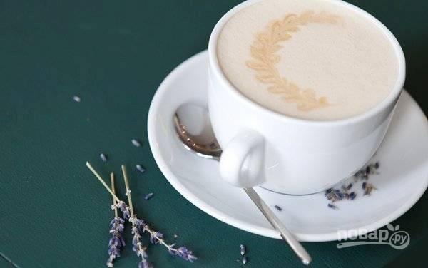 Сделайте пену венчиком или пароотводом. Перелейте раф-кофе в нагретую чашку для капуччино. Приятной дегустации!