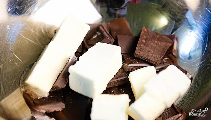 В миску поломайте шоколад и добавьте кусочки сливочного масла. Растопите всё на водяной бане.