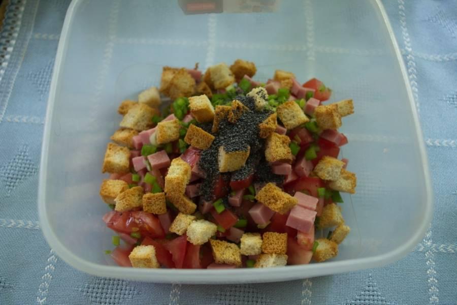 Добавляем сухарики, приготовленные дома или покупные, поджаренный мак. Измельчите зеленый лук и тоже его добавьте в салат.