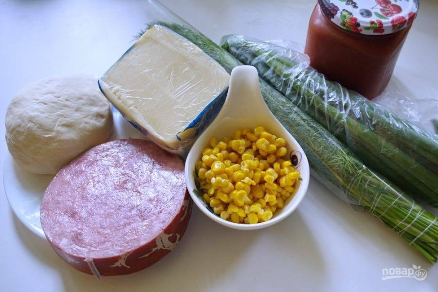 Для приготовления блюда нам необходимо будет взять тесто для пиццы, кукурузу консервированную, зелень, сыр твердый, ветчину. Можно взять другие виды готового мяса. А также томатный соус.