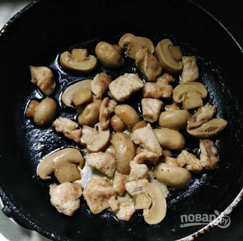 6.Сковороду разогреваю со сливочным маслом, выкладываю и обжариваю курицу, за пару минут до готовности добавляю грибы, обжариваю еще пару минут.