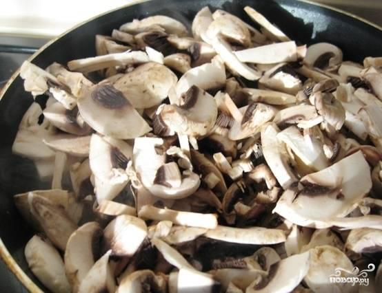 Грибочки замочите в холодный воде и хорошенько промойте. Затем почистите при помощи ножа и нарежьте крупными пластинками. Сложите их в сковородку, добавьте растительного масла, обжарьте до румяных бочков.
