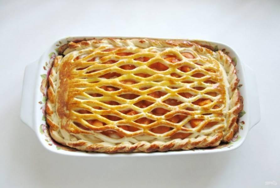 Выпекайте пирог при температуре 175-180 градусов 45-50 минут. Время выпечки зависит от вашей духовки. По температуре тоже ориентируйтесь сами, поскольку все духовки разные.