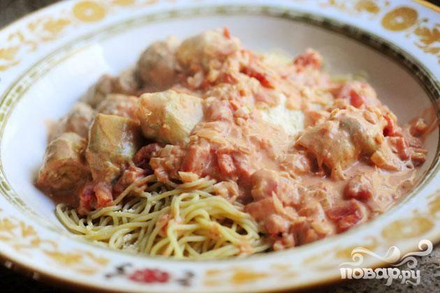 Выложить спагетти и овощи в блюдо, сбрызнуть оливковым маслом, посыпать тертым сыром.